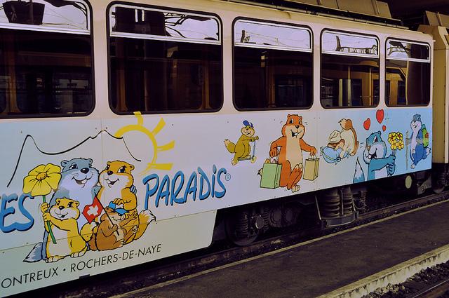Около платформы моего отправления находился вот такой симпатичный поезд, но за мной пришёл совсем другой.