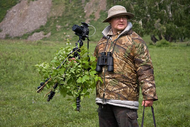 Леха замаскировал камеру зелеными ветками - сурки все равно боятся
