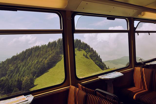 Несмотря на долгий путь, время в дороге проходит быстро. Засматриваешься на виды из окна.