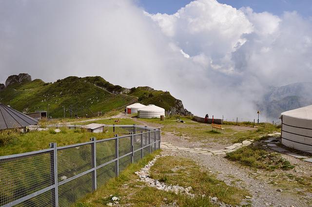 На фотографии видны монгольские юрты, так называемый местный колорит: «почувствуй себя ближе к природе».